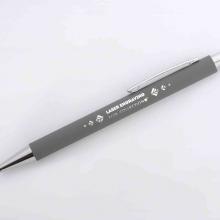szary długopis z lustrzanym grawerem