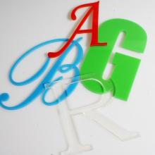 litery z pleksi
